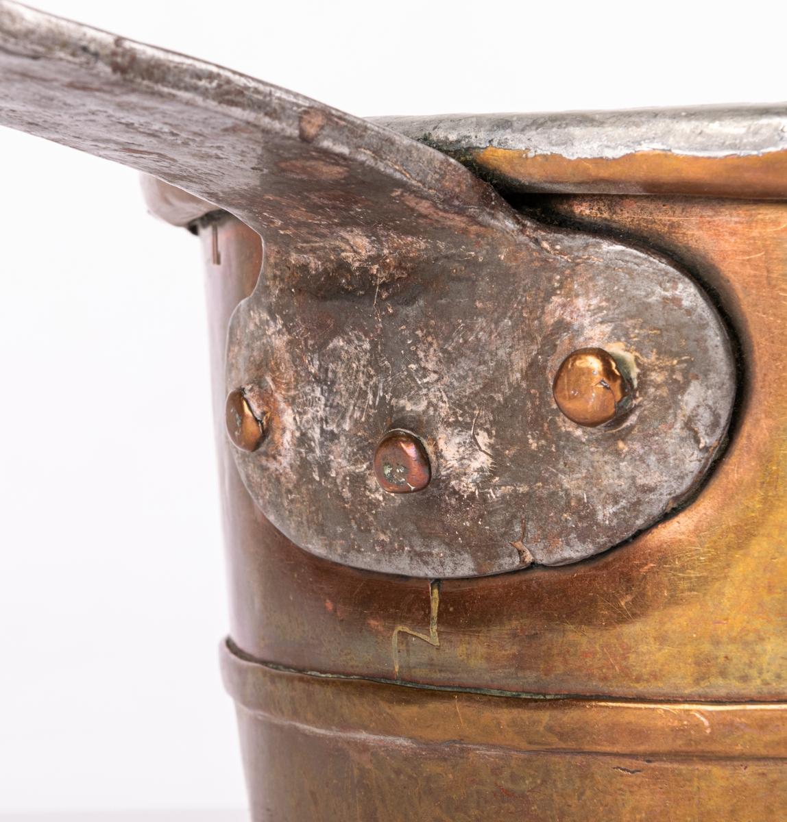 Kastrull med lock, av koppar.