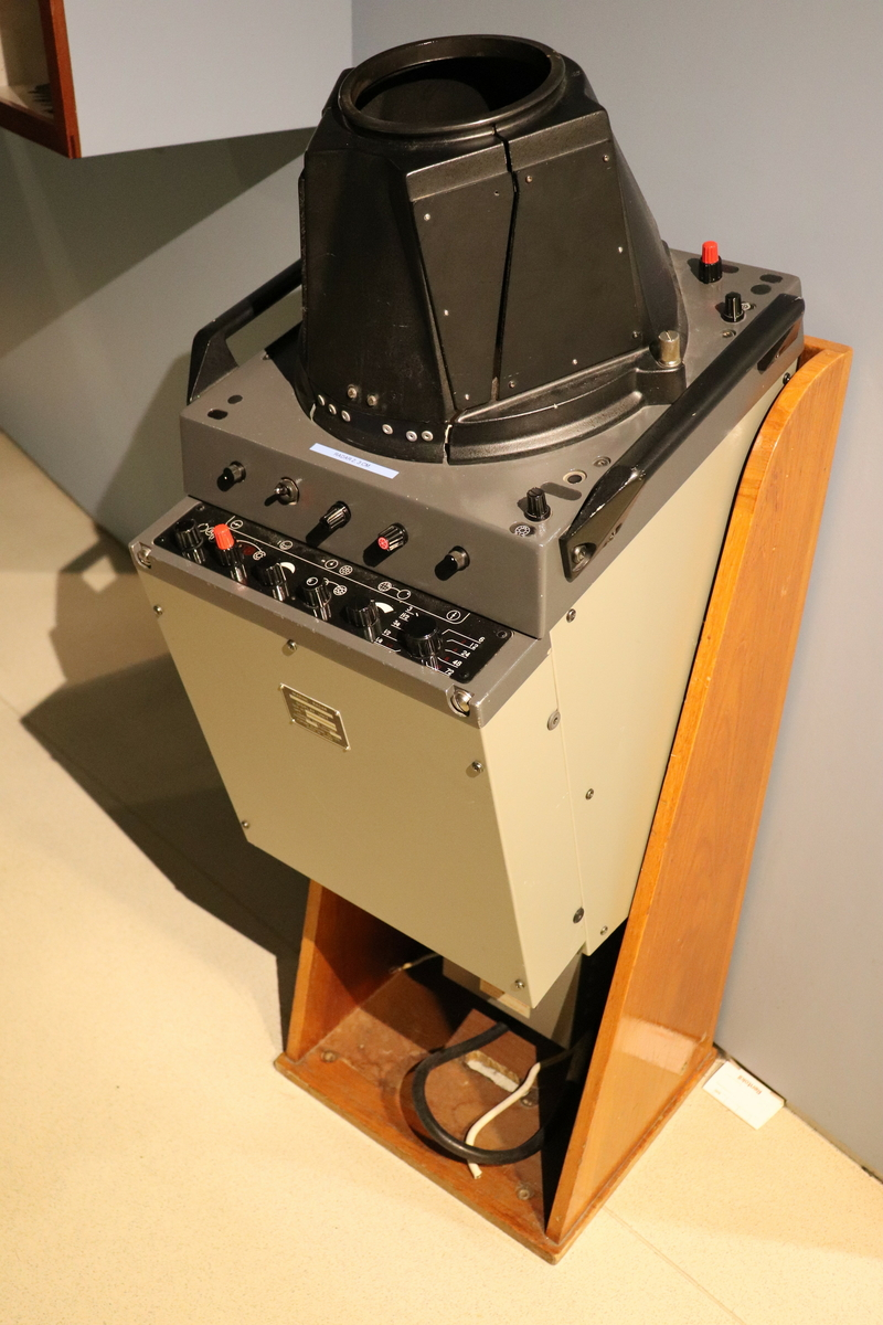 Marin radar type Furuno 2.3 cm. Instrumentet er montert i et trestativ. Furuno Electric Co. Ltd.