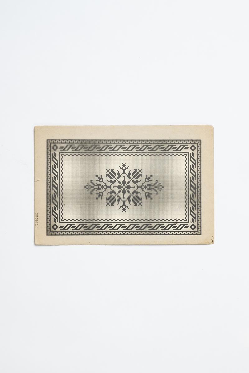 """Broderimönster i grått omslag (häfte) av papper. Omslaget innehåller tre pappersark med dekorativa mönster tryckta i färg på vitt smårutat papper. Två av mönsterarken är lösa, ett sitter fast i omslaget. Mönsterarken är numrerade: """"437-1"""", """"437-3"""" respektive """"437-6"""". Tryckt text på omslagets framsida: """"Heft No 437 HEINRICH KUEHN BERLIN C. Spittermarkt 7, a.d. Gertraudtenbrücke."""" På ett av mönsterarken tryckt text: """"Original u. Verlag von Heinrich Kuehn i Berlin"""" och """"Deponirt""""."""