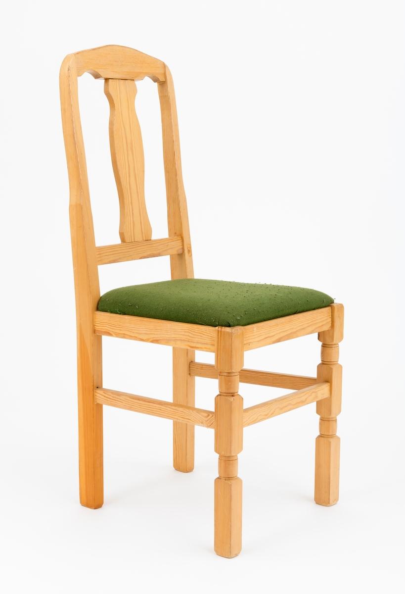 Stol av tre med fire ben og løst sete (setepute) med stopping (pute) overukket med et grønt tekstil (stoltrekk). Stolens rygg er en direkte forlengelse av de bakre stolbena. Stolryggen skråner lett bakover. Ryggstøningen består videre av to tverrstykker (mellomstykker). Den øverste tverrstokken har en buet profil i overkant, mens det nederste er rett. I midten gjenfinnes en treplate, med buete profiler på yttersidene. Stolens fremre ben er dreide, de bakre bena er rette. Stolens sarger har utfreste spor som den løse seteputa ligger an på. Stolen er avstivet med tre mellomstykker, sprosser, som er felt inn i stolbena. (Sprossene er satt inn mellom de fremre stolbena og langs sidene mellom fremre og bakre stolben.)   Registrator har ikke sikre opplysninger, men selve stolen ser ut til å være utført i furu. Setet ser ut til å ha en sponplate i bunn med en pute av ukjent materiale. Trekket kan minne om ullstoff, men det er ikke fastslått med sikkerhet.