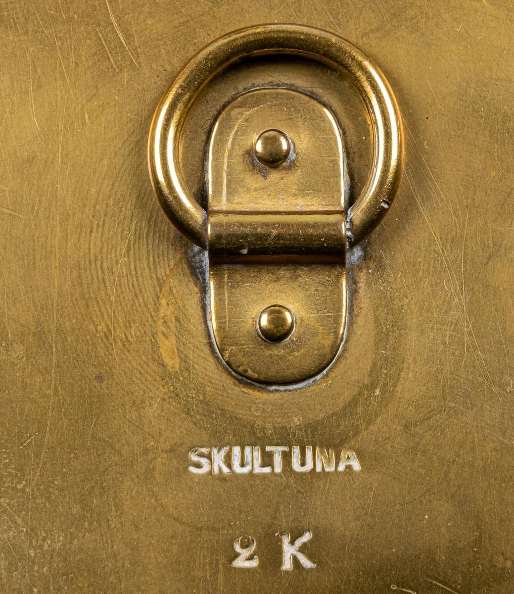 Kruka, mässing, med lock och handtag. Märkt: Skultuna 2K. Äldre än 1850.