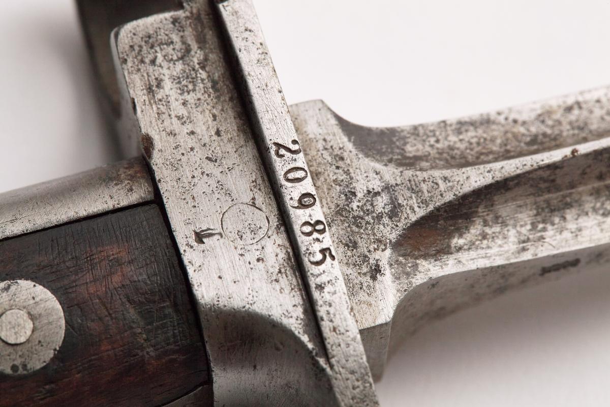 Bajonett (stikkvåpen) festes foran munning på gevær. Spiss, fire-egget med feste til gevær, med lås og håndtak. Kan brukes uten gevær (håndtak).