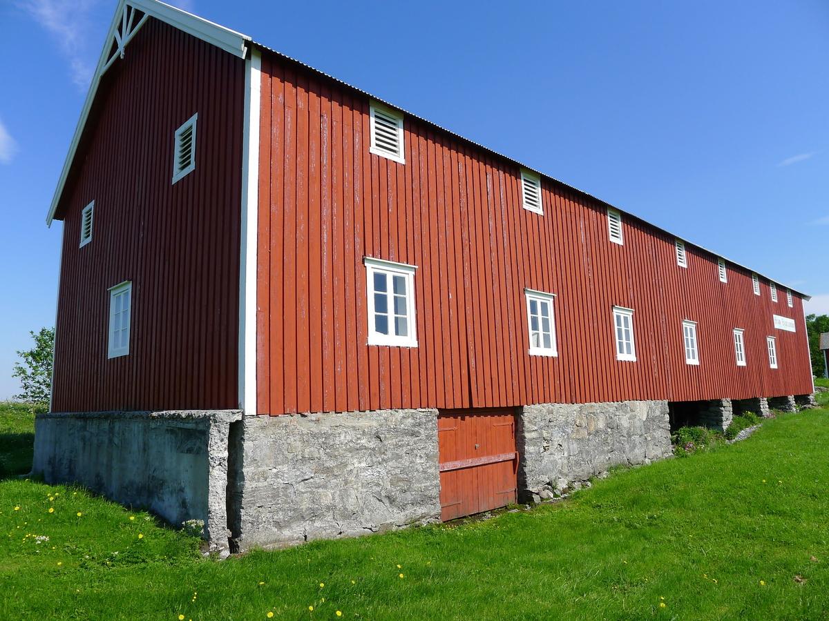 Fjøsen ble oppført ca.1894, og var regnet som svært moderne i sin tid. Under fjøsens nordende ligger fraukjelleren. I 1. etasje sto dyrene. I 2. etasje var det høystål og over dette går igjen kjørebanen. Gårdsdrifta opphørte ca. 1958.