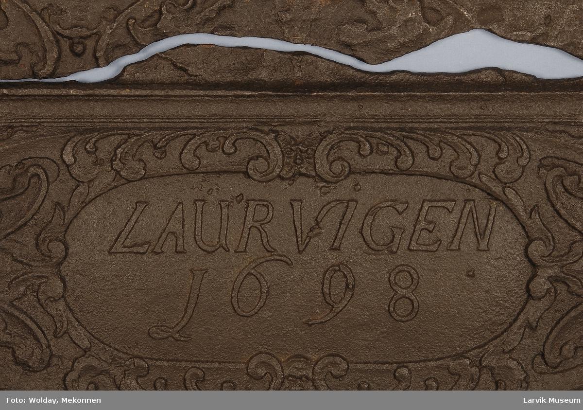 venstre:Evas skapelse.høyre: englene ved krybben   nederste felt: kartusje m. Laurvigen 1698