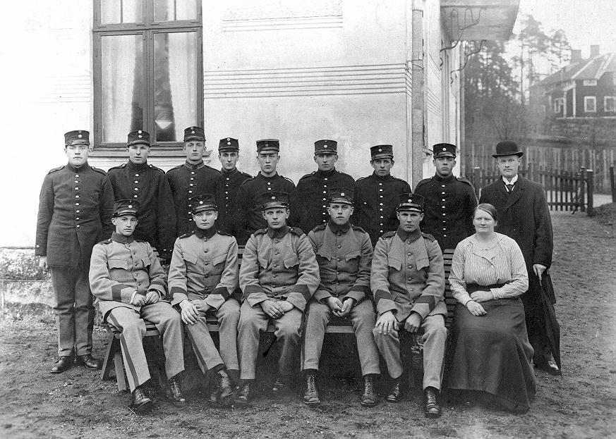 Bild ur en arkivkartong med 34 st. s/v fotografier. De flesta är gruppbilder av oidentifierade personer. Här Brödraketsen vid I-15 år, grupp 4 år 1920.