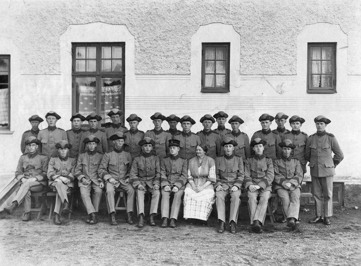 Bild ur en arkivkartong med 34 st. s/v fotografier. De flesta är gruppbilder av oidentifierade personer. Här Brödraketsen vid I-15 år 1923. Årsklass 1922.