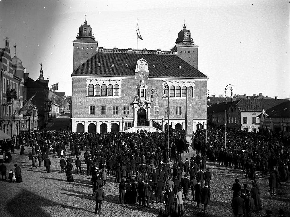 Rådhusinvigning, folkmassa på torget.