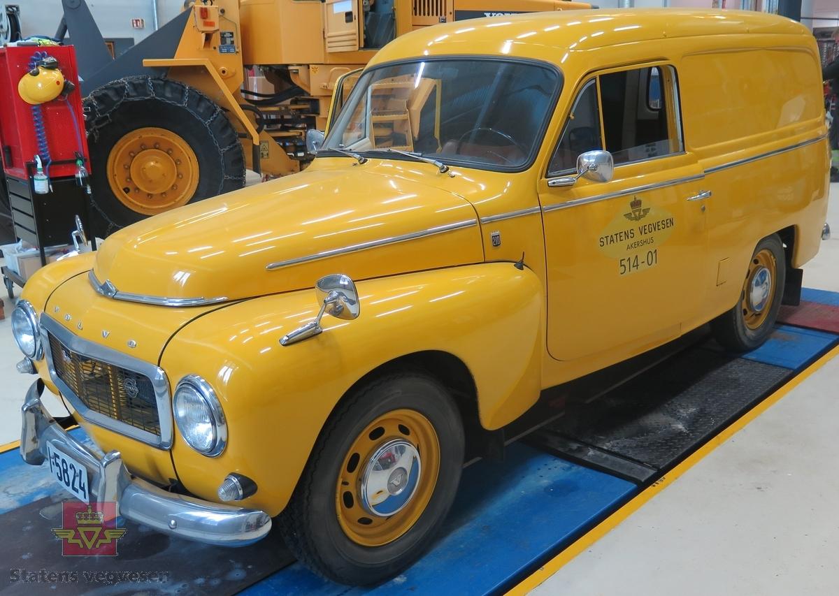 Varebil med 2 dører på siden og 2 bakdører. Har 2 seter, er gul, (forsøkt å lage fargen som ble kalt vegvesen gul, men har bommet litt på nyansen), med brunt og grått interiør. Hvitlakkert i motorrom og innvendig, (Volvo farge nr. 27). Motoren er en vannavkjølt, bensindrevet B 18 A forbrenningsmotor med forgasser. Motorvolumet er 1778 kubikkcentimeter og ytelsen er 85 Hk SAE. Girkassen (4-trinns) har manuell giring med spak i gulvet. Bilen har radioutstyr for internsamband i etaten. Bakhjulstrekk. 4 hjul-to aksler. Dekkdimensjon rundt om skal originalt være 6.50 x 15. Km-stand er vel 94 000 km.