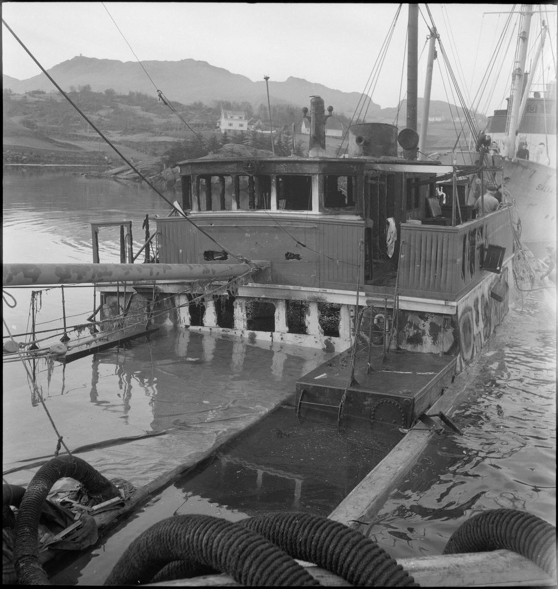 """Bergingsdamperne """"Salvator"""" og """"Salvage"""" jobber med heving av fryseskipet """"Jørgen Klaus"""". Det brukes taljer, dykkere og rør som pumper ut vann."""