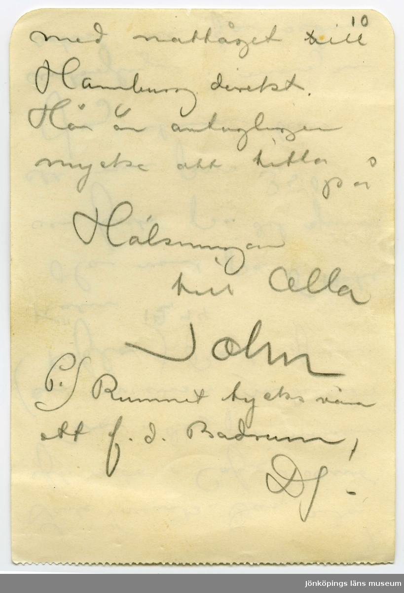 Brev 1902-07-19 från John Bauer till Emma, Hjalmar och Ernst Bauer, bestående av 10 sidor skrivna på fram- och baksidan av fem pappersark. Huvudsaklig skrift handskriven med blyerts.  . BREVAVSKRIFT: . [Sida 1] Ombord på båten mellan Coblenz och Köln den 19 Juli Anno Domini 1902 Snälla Mamma Hjalmar och Enne Jag mår utmärkt och känner mig stor ligen belåten. Jag for i Onsdags från München i sällskap . [Sida 2] 2. med en Belysningin- spektör Barth [eller Borth?] vid Hofteatern i Wiesbaden Vi voro 5 timmar i Augsburg. Det är en gammal intressant stad. Jag stod och trängdes med en hop gamla käringar i en saluhall ½ timma för att få mig ett par varma  lefverkorfvar. De voro goda. . [Sida 3] 3. från Augsburg till Stuttgart. Resan mellan Ulm – St. var kollo- salt vacker. Löfskogs beklädda höjder och dju- pa dalar, masiva hvita måln och djupblå him- mel. Stuttgart är den vack- raste stad jag någon- sin sett. Den kan godt mäta sig med Stockholm Eleganta ultramoderna byggnader i den nya stads . [Sida 4] 4 delen. Gamla roliga dito i den gamla. Här- liga parkanläggningar. Slottsparken är mer än storslagen Och så alt rent och snyggt. Jag låg då öfver natten For 7, 25 under störtregn till Mühlacker då jag fick vänta en timma. Var i Karlruhe kl 11 Konstutställningen där var intressant. Allt. bra sammanplockat. . [Sida 5] 5 när jag tittat mig mätt reste jag till Heidelberg. Där är vackert Jag for med Bergba- nan upp till slottet. Besåg det. Svor öfver drickspängar och entre- billjetter. Fortsatte med B.banan upp till restau- ranten öfverst på höjden. Där satt jag vid en kopp [överskrivet: p] Kaffe i 1 ½ timma och [överskrivet ord] njöt af den storslagna utsikten. . [Sida 6] 6. Vid ½ 9 tiden var jag i Frankfurt. Det är en storstad så godt som någon annan. Jag for på kvällen sen ut till Palmengarten. Där var storslaget. [Con—t] var   [s--] promenad. På morgonen var jag på Kunstinstitutet For under störtregn till Wiesbaden Jag löste tur o returbilljett i Kastell . [Sida 7] 7 I Wiesba
