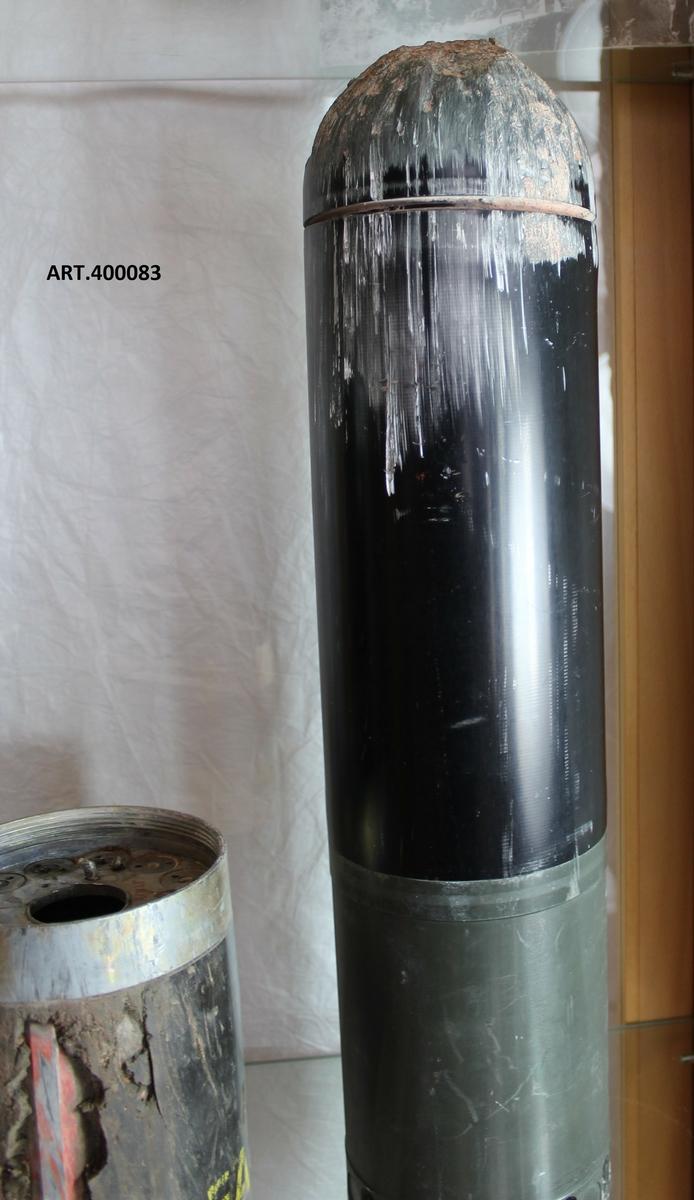 Testgranat  som omhändertagits efter avfyrning från 12cm GRK 1998. Målsökande granat avsedd för bekämpning av stridsvagn.