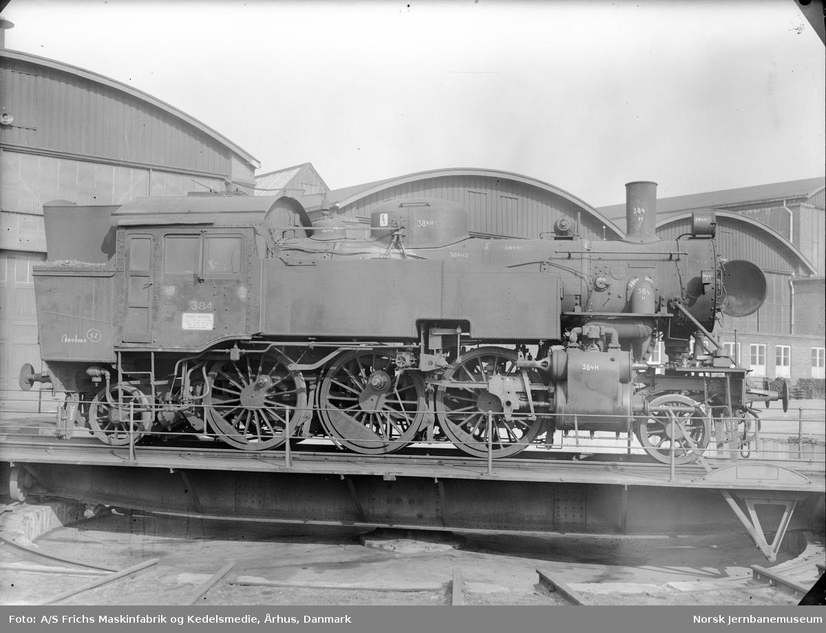 Damplokomotiv type 32c 384 på svingskiven utenfor verkstedhallen hos A/S Frichs Maskinfabrik og Kedelsmedie, Århus, Danmark. Lokomotivet skal inn til revisjon/reparasjon