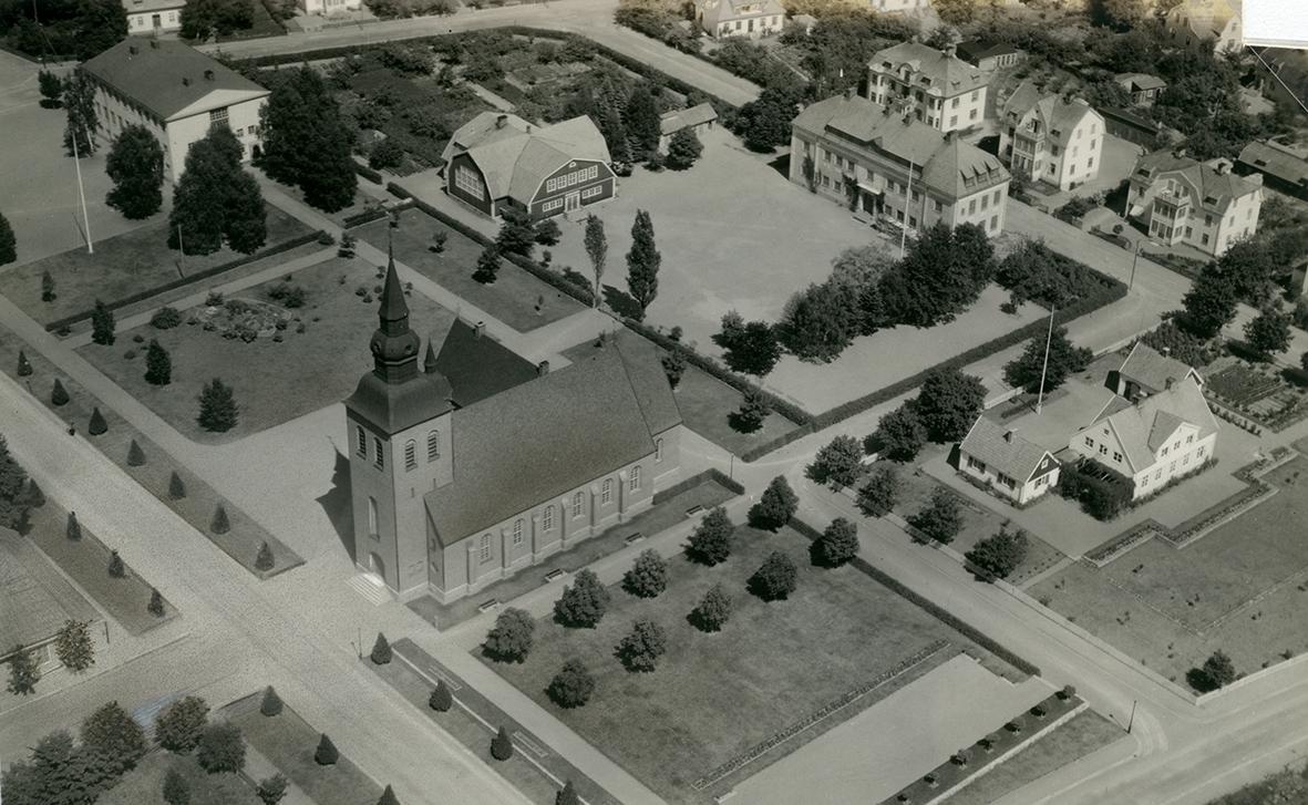 Flygfoto över Nybro kyrka.