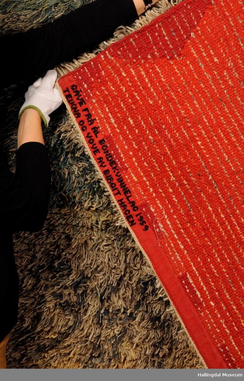 Birgit Hagen vevde teppet i 1959 og det ble gitt som gave fra Ål Bondekvinnelag til Ål kirke.  Det har vært brukt ved vielser, brudepar sto på det.  26/3 2014 ble teppet levert til hallingdal Museum, Nesbyen for riktiog oppbevaring.   Duse farger, stjerne og tre, ulike symboler.