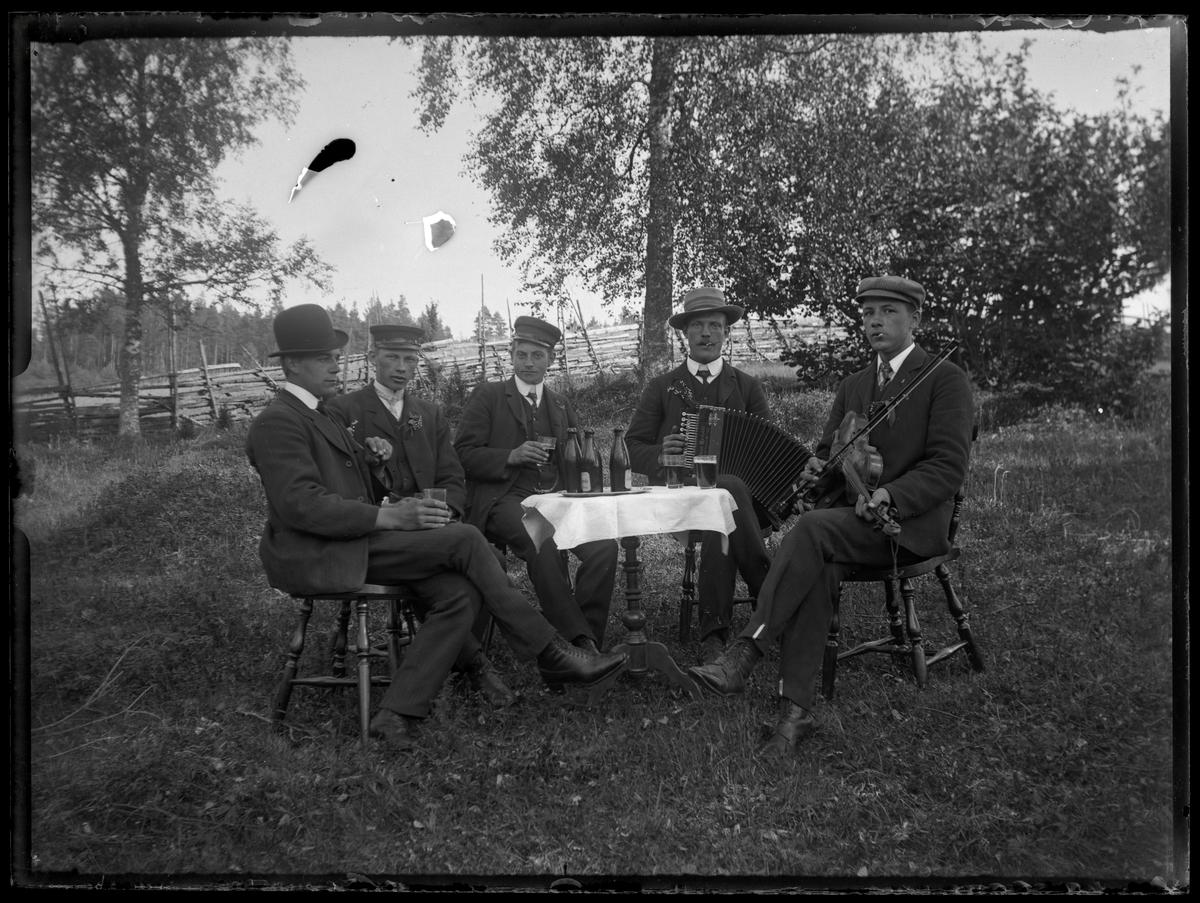 Öldrickande män runt bord