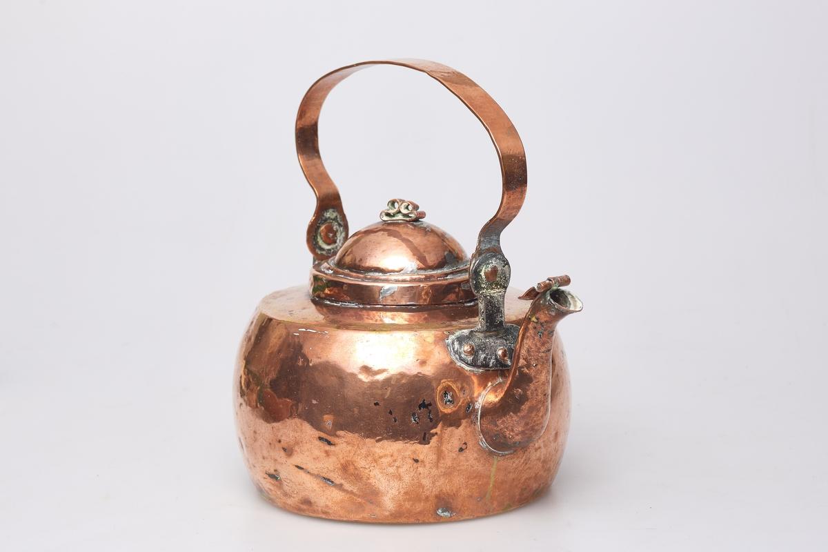 Kaffekjel av kobber med to jernører. Fortinnet innvending, ørene festet med kobbernagler.