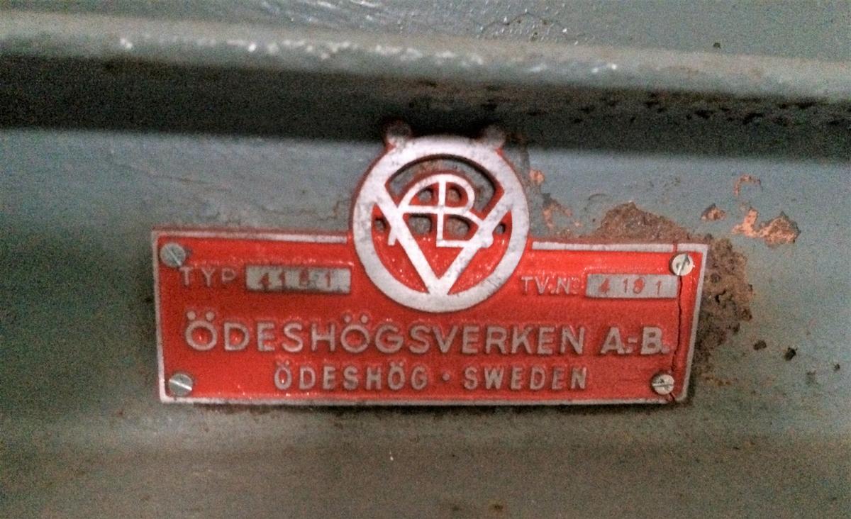 """Gråmålad elevator med Bergmotor. Gummitransportband. """"Knivar"""" som pressar ihop gruset för uppmatning på bandet.  Typ: 4181 Tillverkningsnummer: 118"""