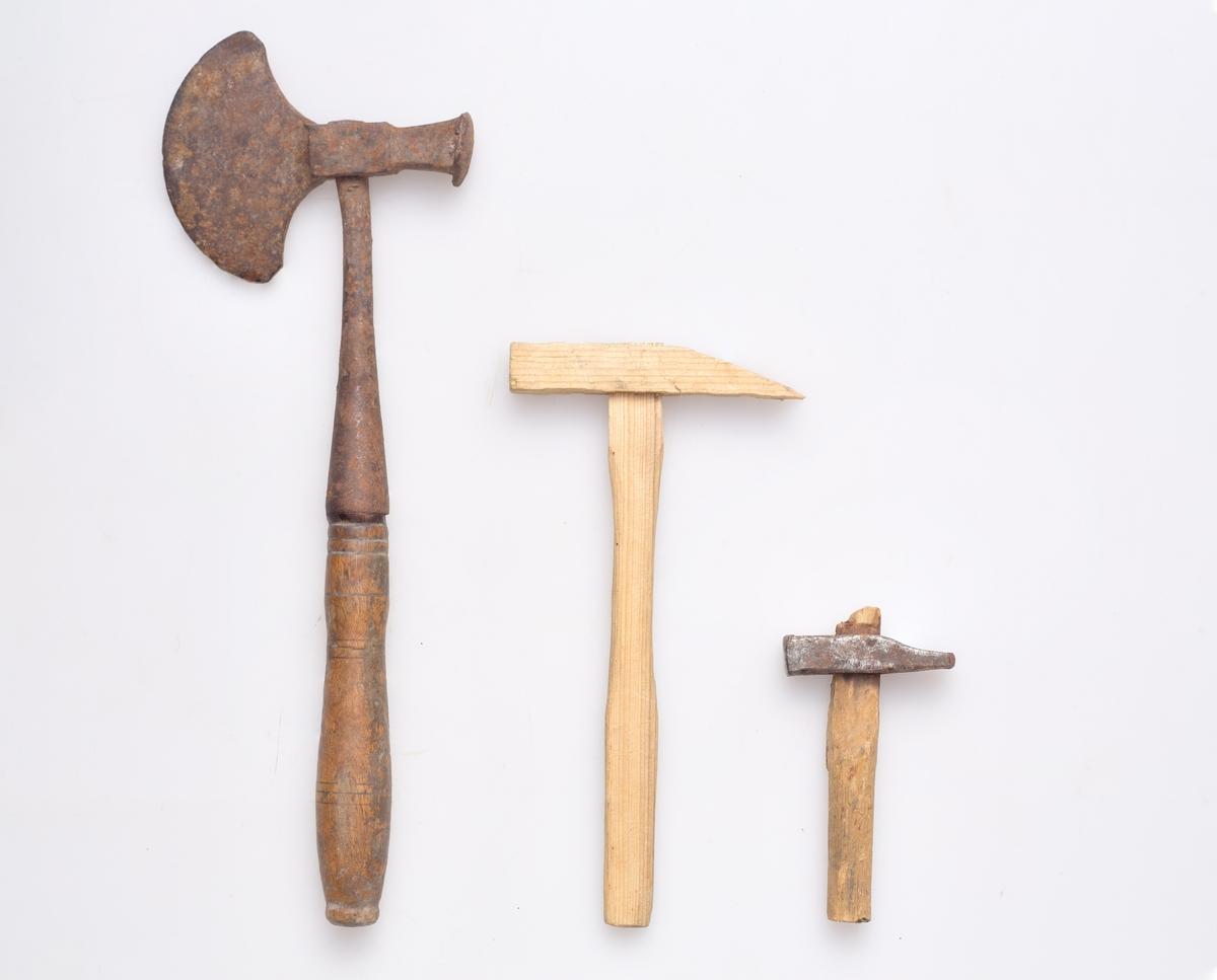 Tre hammere. Muligens brukt som leketøy, især (a), som er en trehammer. (b) er en liten hammer med hode av jern og skaft av tre. Hodet er rett, og har blitt brukt begge retninger. (c) er en kombinert hammer og øks, hvor hodet og deler av skaftet er av jern. Dreide riller på håndtaket.