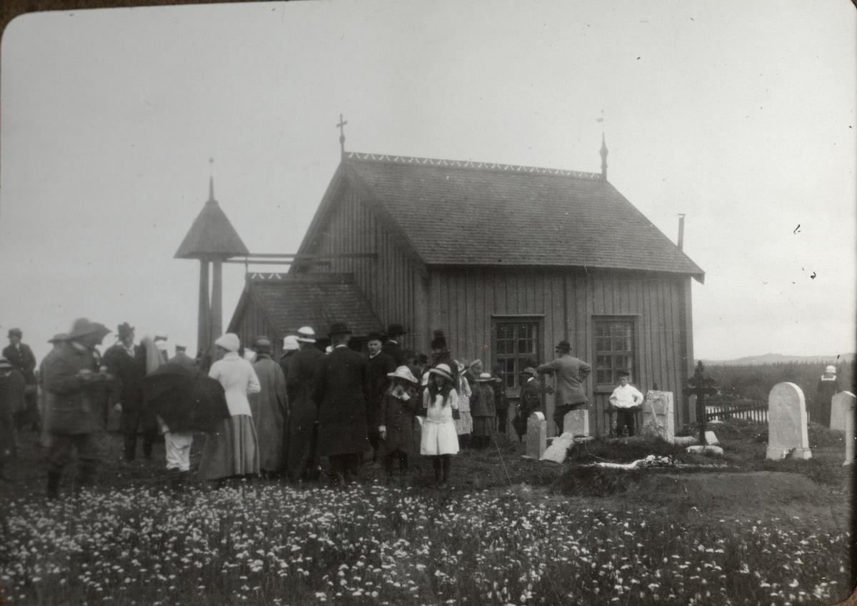 Folksamling utanför Kapell. Sommaren 1916. Ur album.