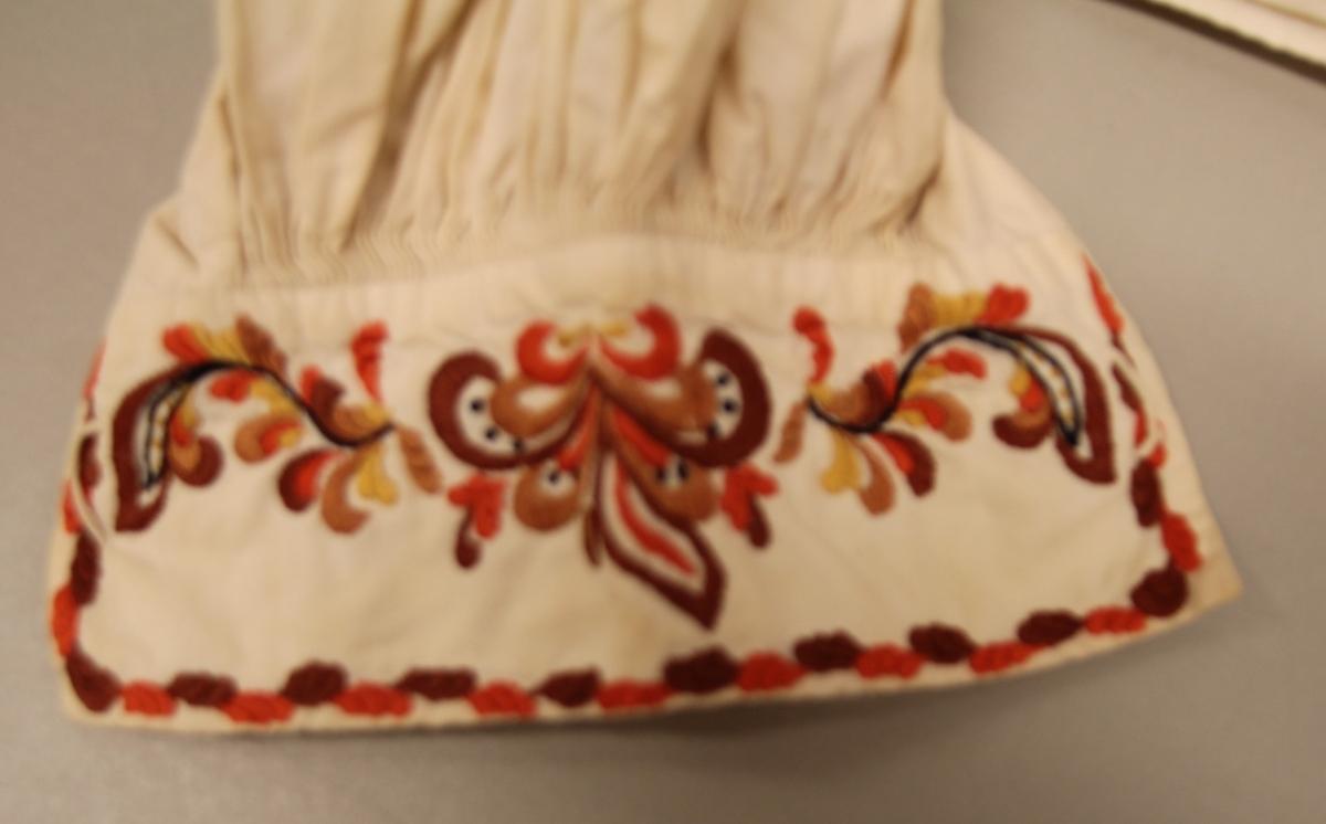 rosur - rosesaum/ brodei i tradisjonell stil for Vest-Telemark. Blader og blomar / blomsterranker i slyngende bevegelser.