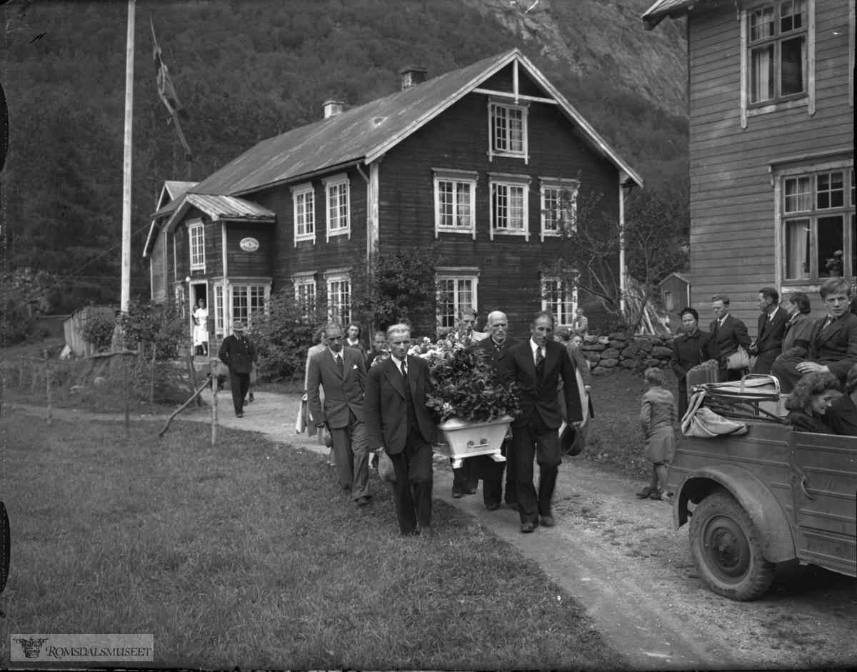 Frå Finnset, gnr. 81/3, Eikesdalen. Gravferda til Kristian H. Finset f.08.07.1870 d.20.08.1948..Huset bak er bnr. 3 og et t.h. er bnr. 1..Til høyre bakparten av en Volkswagen Kübelwagen, feltvogn fra krigens dager