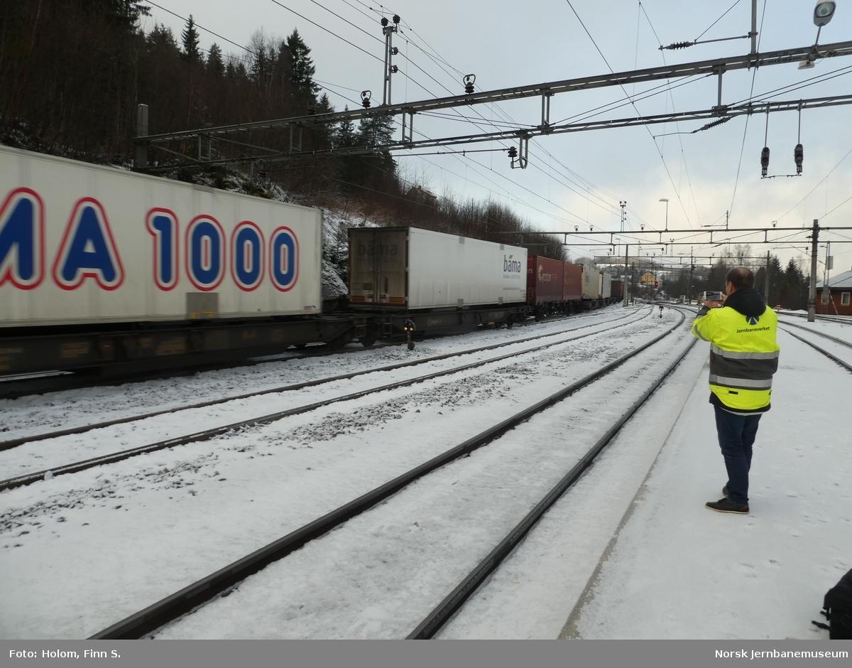 Første godstog gjennom nyåpnet kryssingsspor på Roa stasjon