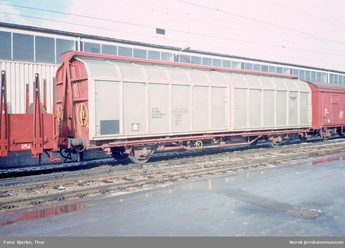 Lukket godsvogn litra Hbikks nr. 237 6064 på Hamar stasjon