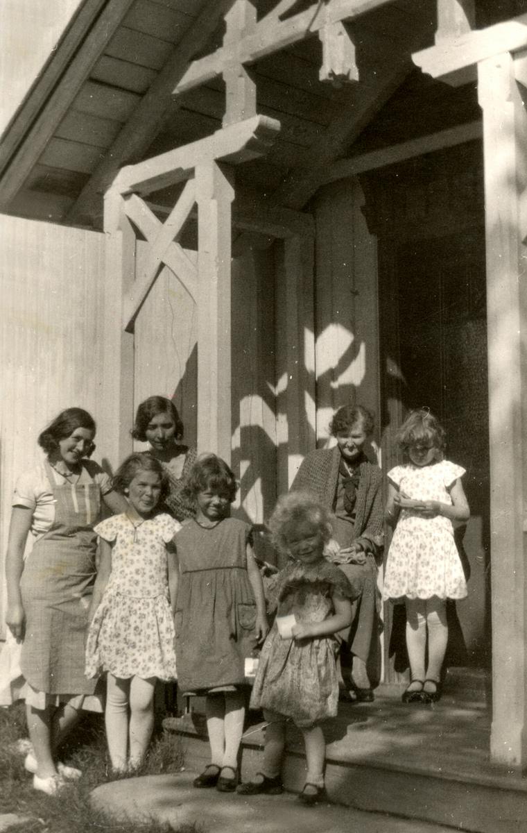 På prestegarden. Ragnhild Kristiane Sundby (Vreim) var barnepike for barna til presten Øye.