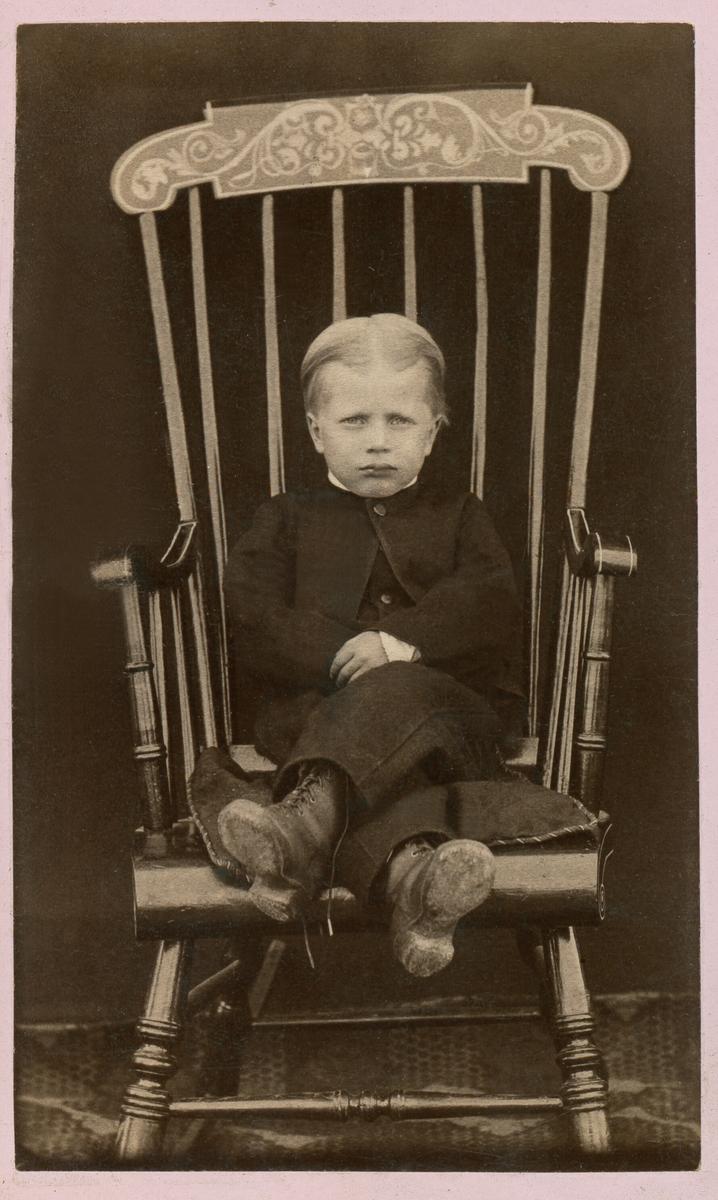 Barnebilde av Gunnulf H. Borgen i gyngestol