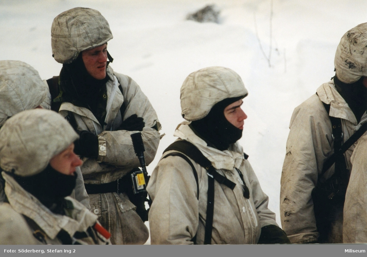 Förberedelse för sprängning. Militärer i snödräkt.