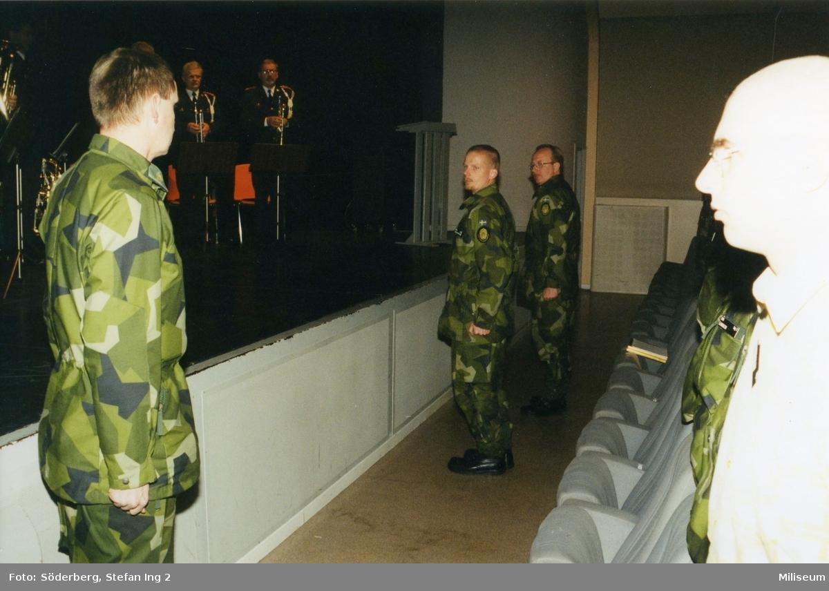 Ceremoni. Hemvärnet på fritidsgården på Ing 2. Överste Bengt Axelsson, regemetschef på Ing 2, major Johan Lindqvist, kompanichef på Ing 2.
