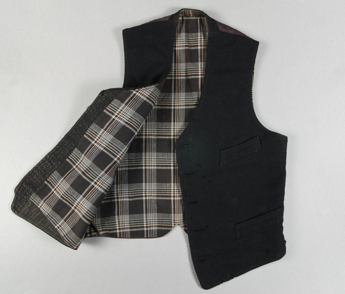 Väst av svart ylletyg, kypert. Fem knappar. Tre fickor. Spänntampar i ryggen. Bakstycke av svart bomullslärft. Foder av rutigt bomullstyg, svart, grått, gult.