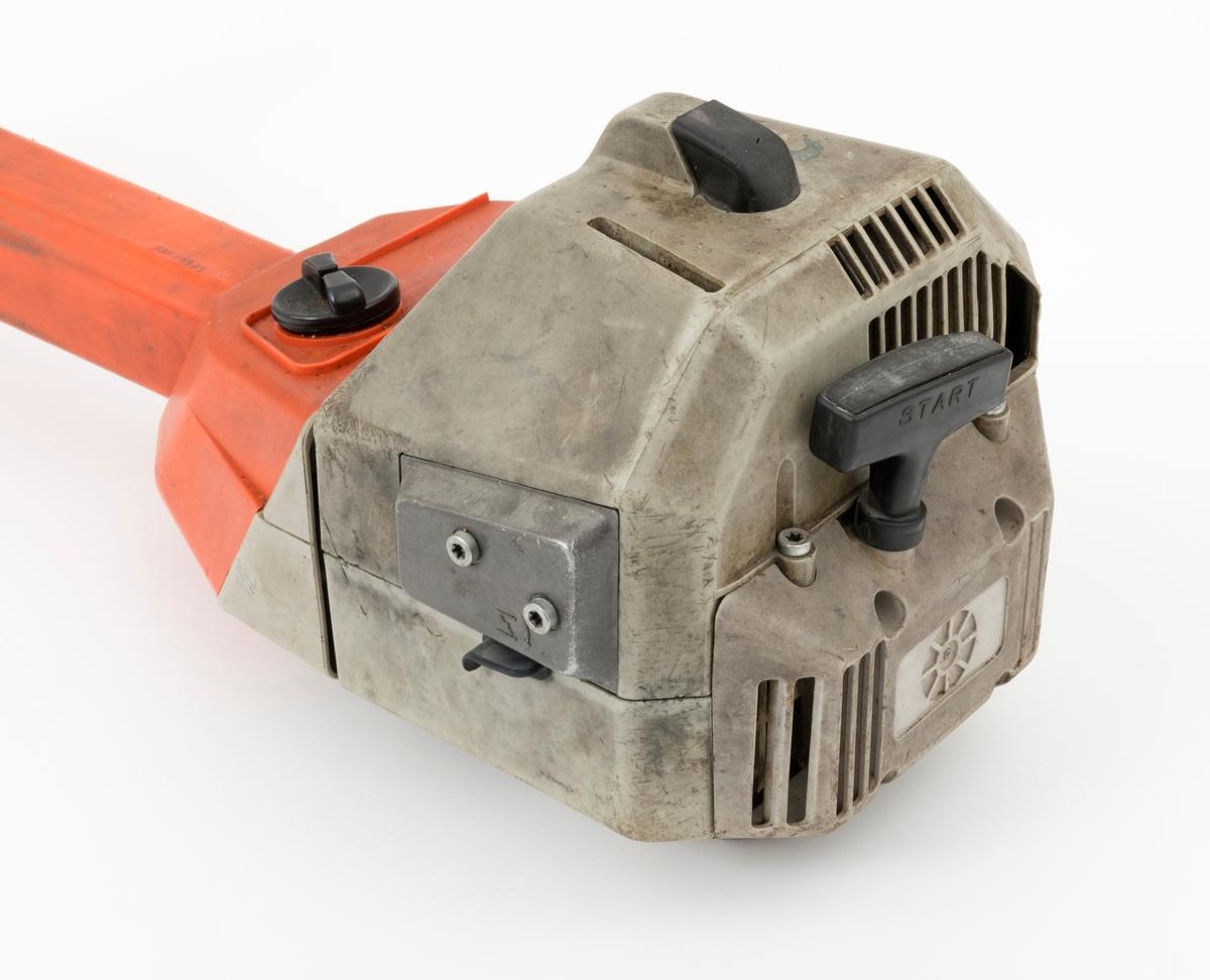 Motorsag, rydningssag, ryddesag, av typen Dolmar MS-4000  for en person. Ryddesaga ser for registrator ut til å være tilnærmet komplett.  Det følger ikke med bæresele til saga. I skogbruket brukes ryddesaga til ungskogpleie, tynning, rydding av kratt, mindre busker og trær.   Rydningssaga består av blad (sirkesagblad, sagklinge) og motor koblet til et langt stålrør/riggrør. Motor og blad er montert i hver sin ende av røret. Bladet er montert til en vinkelveksel / vinkelgir(gearhus). Kraftoverføringen fra motoren til sagbladet skjer ved hjelp av en aksel i det nevnte stålrøret/riggrøret. Bæreselen kan valgfritt festes i fem forskjellige hull rett bak styret (håndtaket.)  Håndtaket er festet med en mutter to skruer til festeanordnig i riggrøret. Ved å løsne disse, kan brukeren regulere håndtaket (håndtaksbøylen) framover, bakover og sideveis. På høyre håndtak gjenfinnes gasspådrag og stoppknapp. Stoppknappen er separat montert på håndtaket, ikke i samme hendel som gasshendelen. Saga er utstyrt med sirkelsagblad for rydding av busker, mindre trær og kratt. Ryddesaga kan også utstyres til å slå gress. Sagas bensintank er plassert foran motorhuset.  Forgasseren og luftfiler er plassert på venstre side av motorkroppen. Lyddemperen/eksospotta gjenfinnes på på høyre side av motorhuset. Starthuset er montert bak på motorkroppen.  Rydningssaga startes ved hjelp av snortrekk/startsnor. Saga har totaktsmotor. Det gjengis det her noen tekniske data for Dolmar MS 4000 Sylindervolum: 39 kubikkcentimeter Volum drivstofftank: 1,0 liter Vekt: 7,9 kg (uten skjæreutstyr) Effekt: 1,8 kW