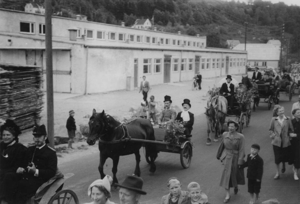 Opptog på vei til Museumsvollen, 29. juli 1951. Her passerer de Jacobsens Møbelfabrikk i Nyeveien.