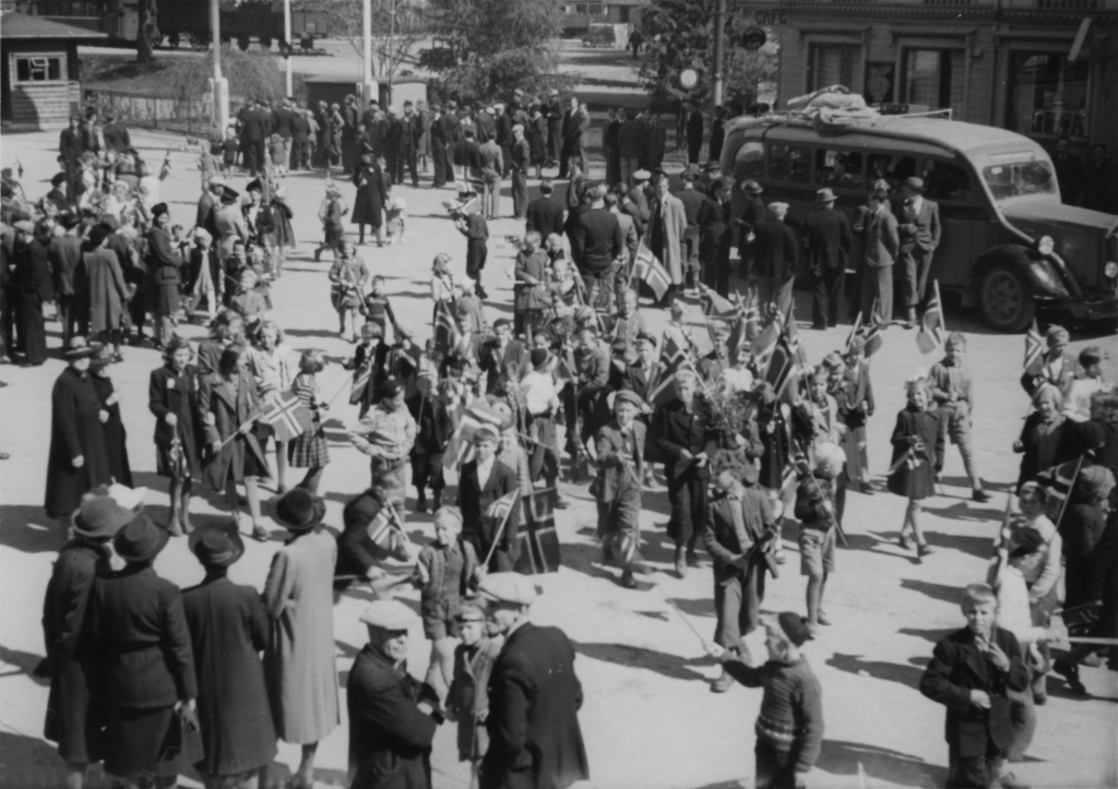 Folkemengden på Torget, 8. mai 1945.