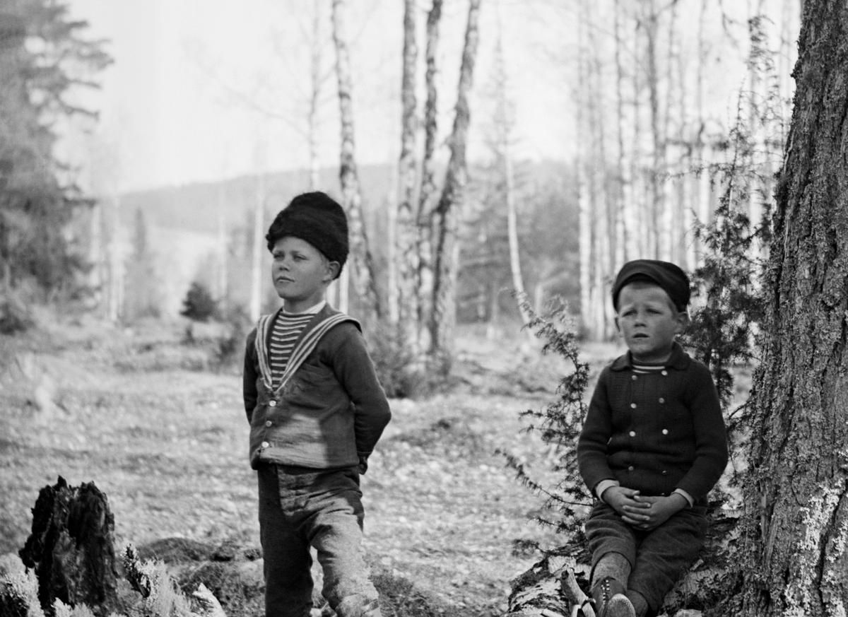 Uno Hallin med sin yngre bror Sigurd sittandes intill. Bröderna är systersöner till fotograf Emil Durling.