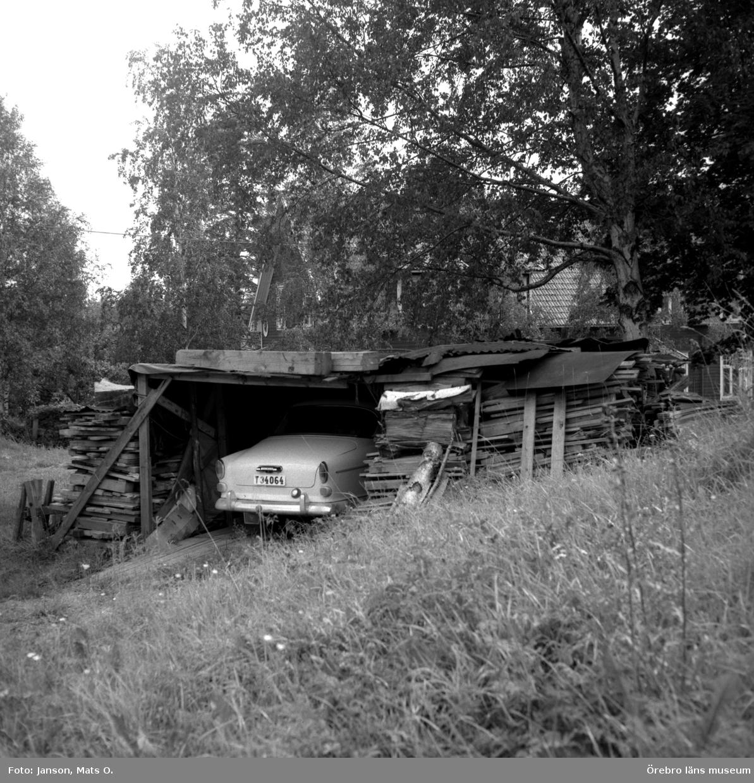 """Boforsinventeringen, arbetarbostäder. Gråbo, Korpkullen. """"Garage"""" anordnat av hyresgäster vid uthus 1003."""
