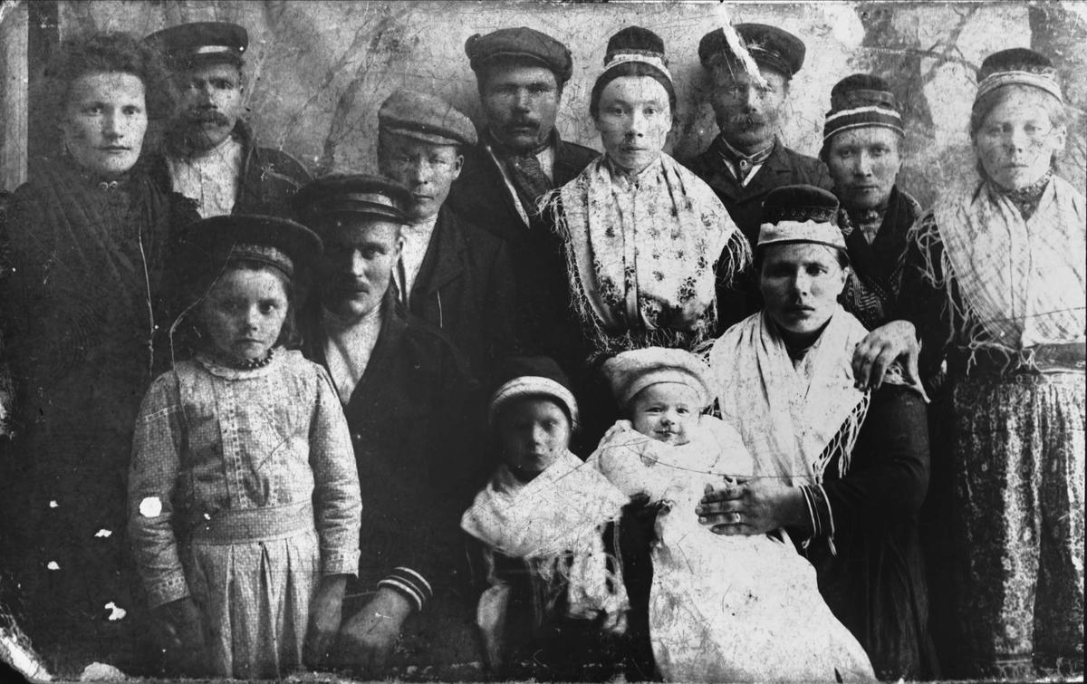 Studioportrett av en samisk familie.
