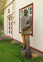 Treskulptur utenfor den gamle skogvokterboligen på Storjord