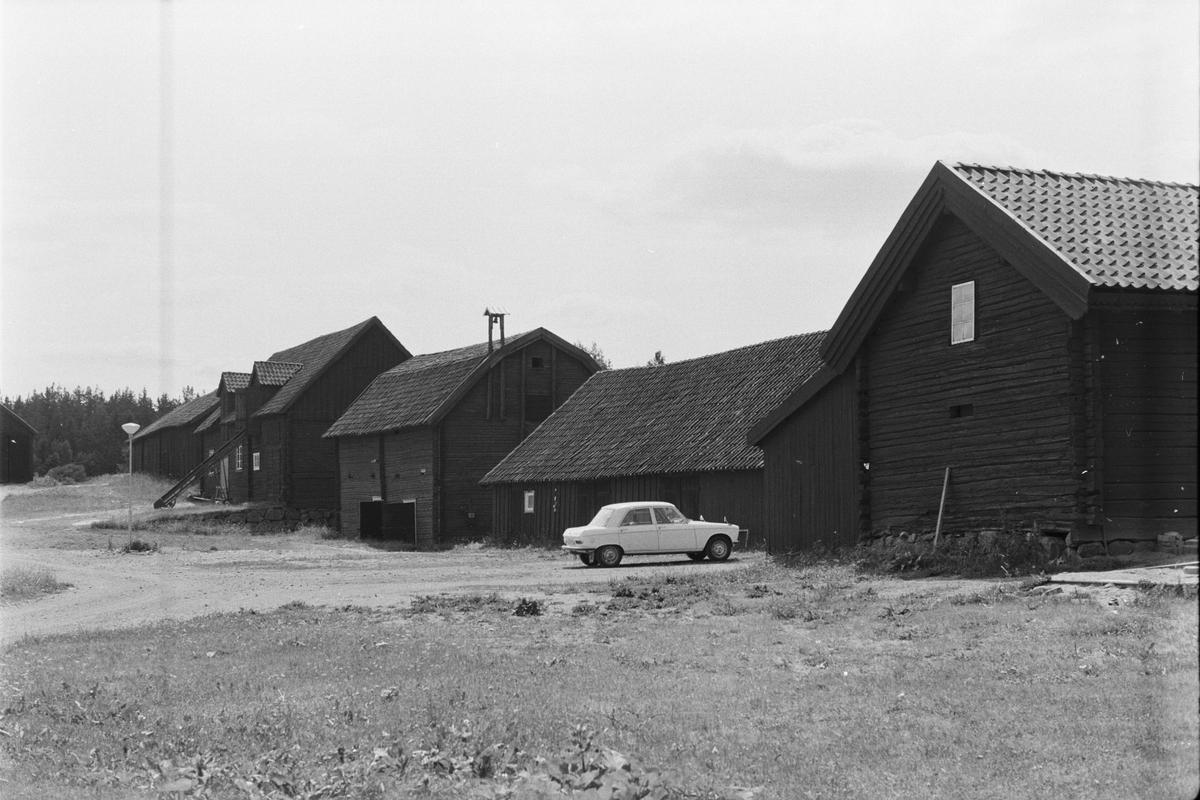 Vy över ekonomibyggnader, Brunna 1:1, Brunna gård, Vänge socken, Uppland 1975
