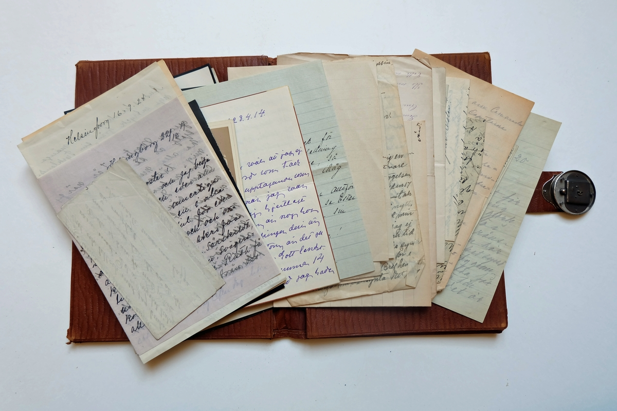 Mapp som tillhörde Ester Hammarstedt. Innefåller främst brev från Esters systrar och systerbarn. Mappen är i läder med ett trasigt lås i metall.