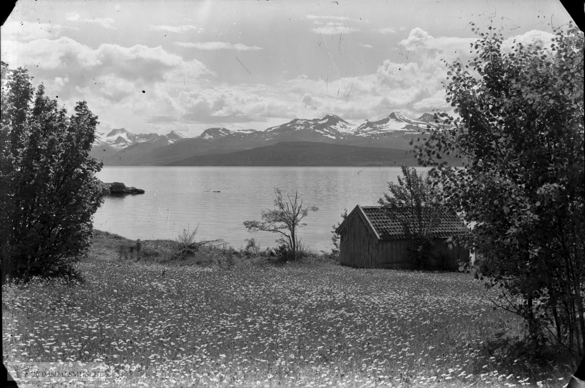 Frå Kringstadbukta med Geitapina og Vestnesfjella i bakgrunnen m.a. Ytstetinden.