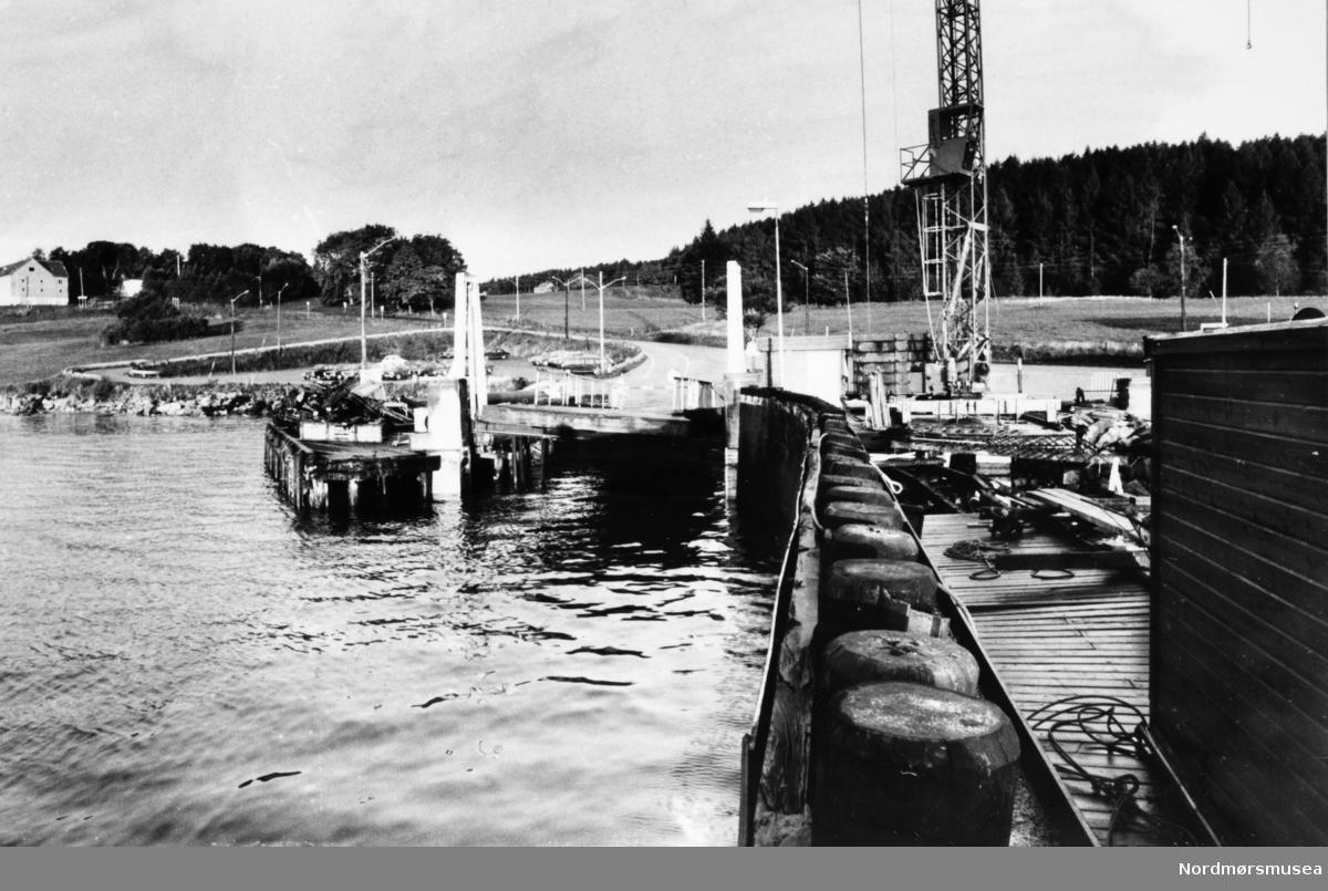 Bremsnes fergekai.  Bremsnesfjorden.Bildet er fra avisa Tidens Krav sitt arkiv i tidsrommet 1970-1994. Nå i Nordmøre museums fotosamling.
