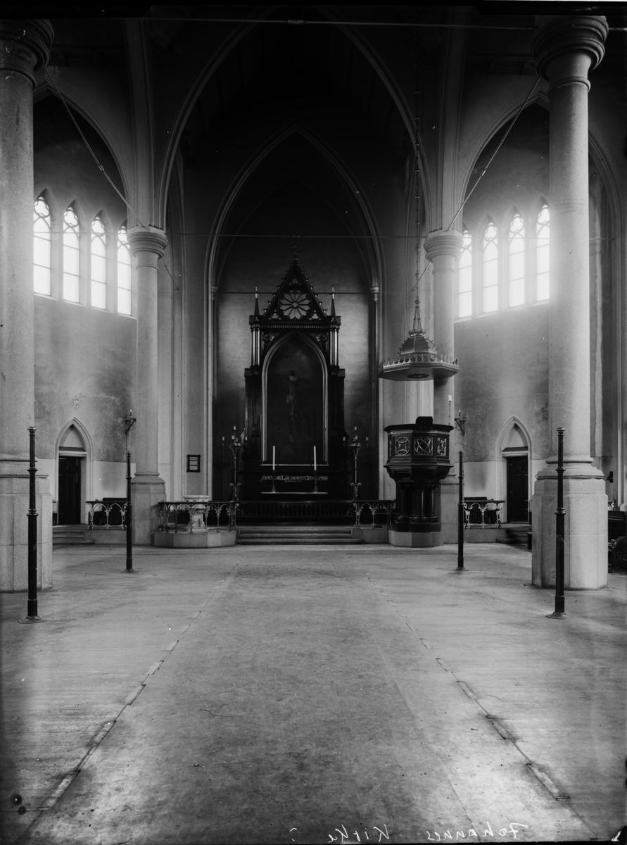 Kirkeinteriør, skip og alter i Johannes kirke.
