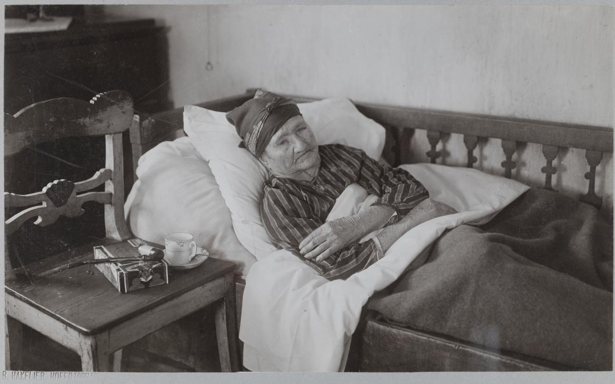 100-årig gumma från Svartå. Bilden tagen runt år 1900.