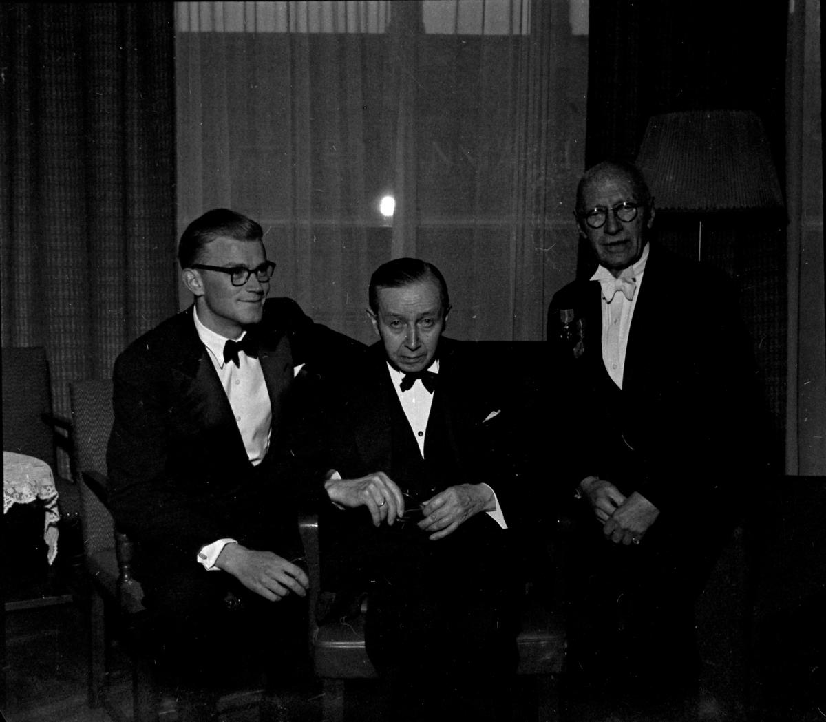 Carl Schare med medaljer etter 50 år hos firma Ole Dahl