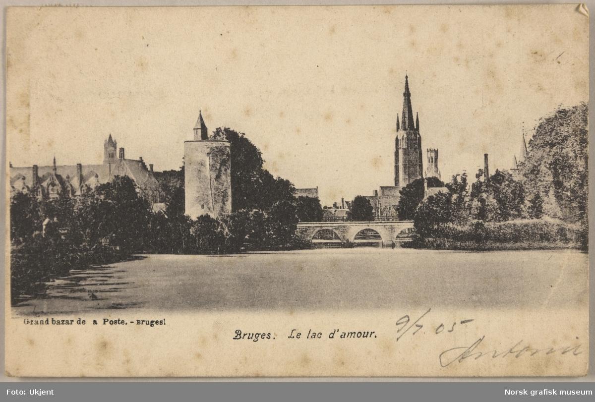 """Postkort fra """"Lake of love"""" i Brugge i Belgia. Det er en stor kanal med bro over, et tårn og ei stor kirke."""