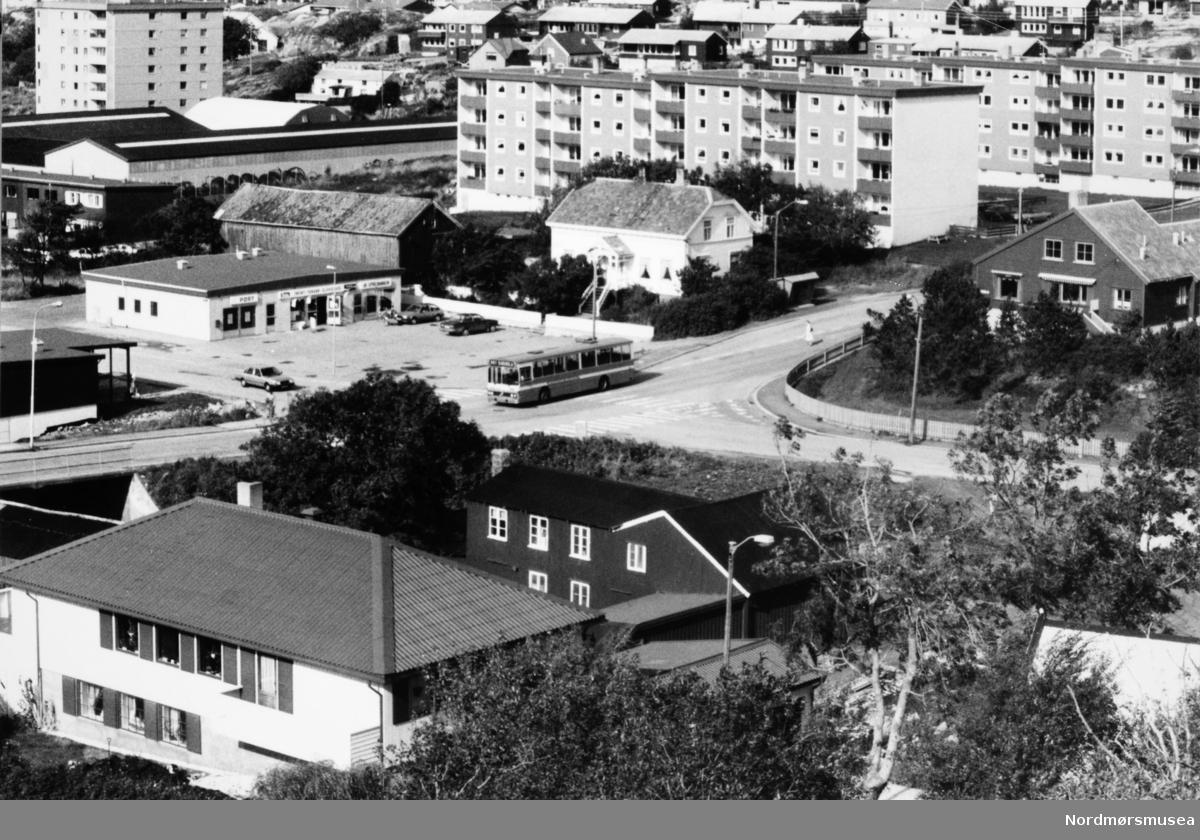"""""""Brygga"""" på Reperbanen, Citrus kiosk, buss, Brunsvika. posthus. Bildet er fra avisa Tidens Krav sitt arkiv i tidsrommet 1970-1994. Nå i Nordmøre museums fotosamling."""