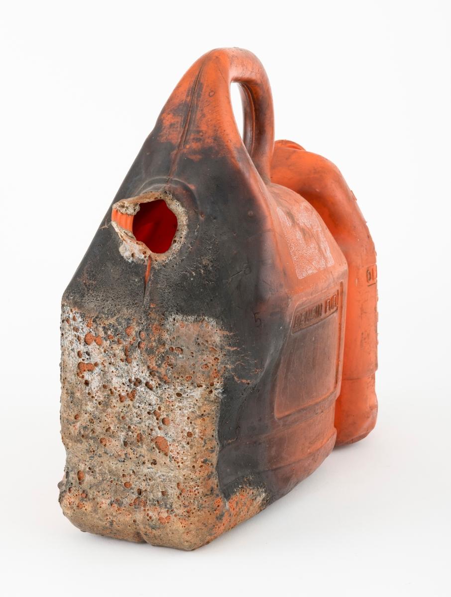"""Kanne, bensinkanne, kombikanne i plast (etanplast) for oppbevaring av bensin og kjedeolje til motorsager. Kanna bærer tydelig preg av å ha vært utsatt for brann. Den er brukt i undervisningen ved skogskolen på Sønsterud for å vise faren med bruk av ild i nærheten av drivstoff. Det er bensinbeholderen som har fått de største skadene. Kannas to plaststøpte beholdere,  en for bensin og en for kjedeolje, er festet til hverandre """"rygg  mot rygg"""" med en gjennomgående skrue med mutter. Begge beholdere fraktes sammen med bensinkannas bærehank.  Bensinkanna rommer 6 liter, mens beholderen for kjedeolje kan ta 2,5 liter. Begge beholdere mangler lokk. Det er betydelige innslag av sot og merker etter brann på bensinkanna. Mellom de to beholderne kunne en plassere filer og annet vedlikeholdsverktøy til motorsagene."""