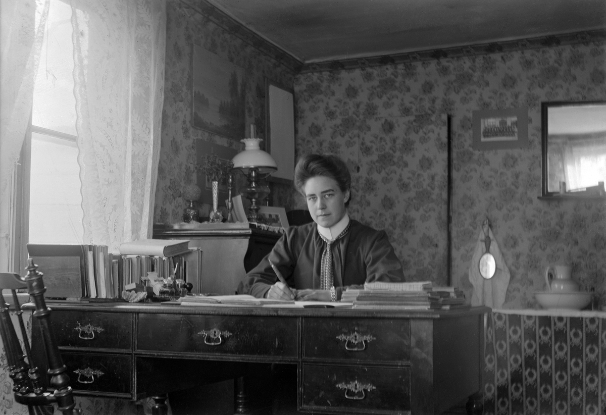 Porträtt av Isabella Hoff omkring 1910. Dotter till sadelmakare Carl Johan Hoff och dennes maka Amalia Albertina Karlsdotter. Rimligtvis är bilden tagen i hennes barndomshem vid Storgatan i Örebro.